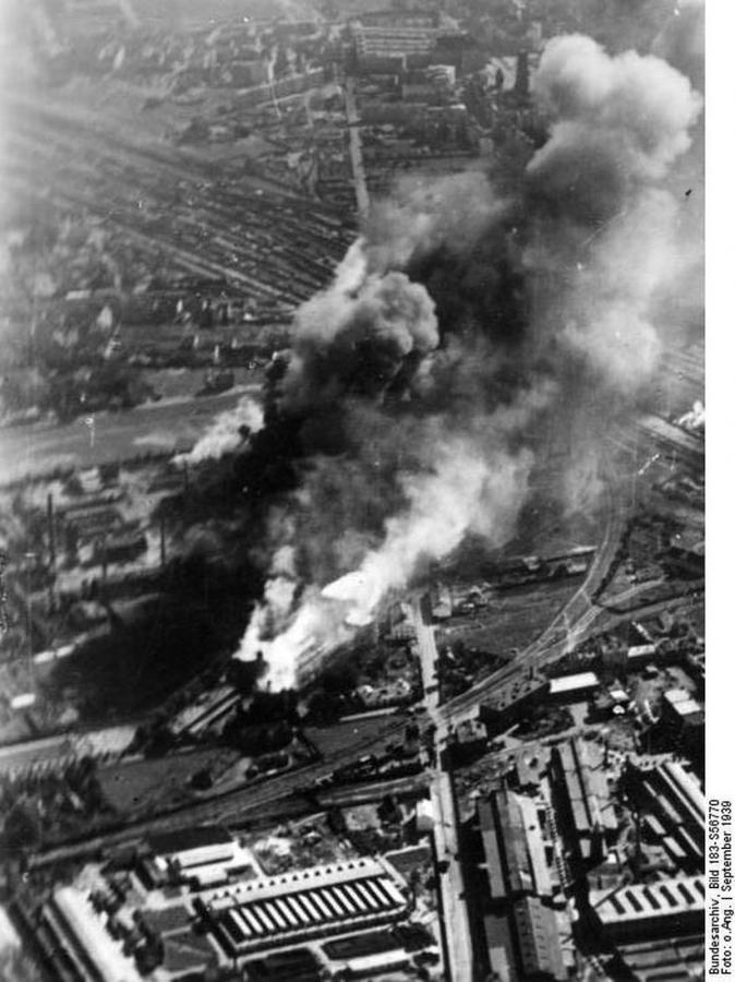 Płonące zbombardowane elewatory zbożowe przy skrzyżowaniu ulic Bema i Prądzyńskiego (fot. Bundesarchiv, Bild 183-S56770 / CC-BY-SA)