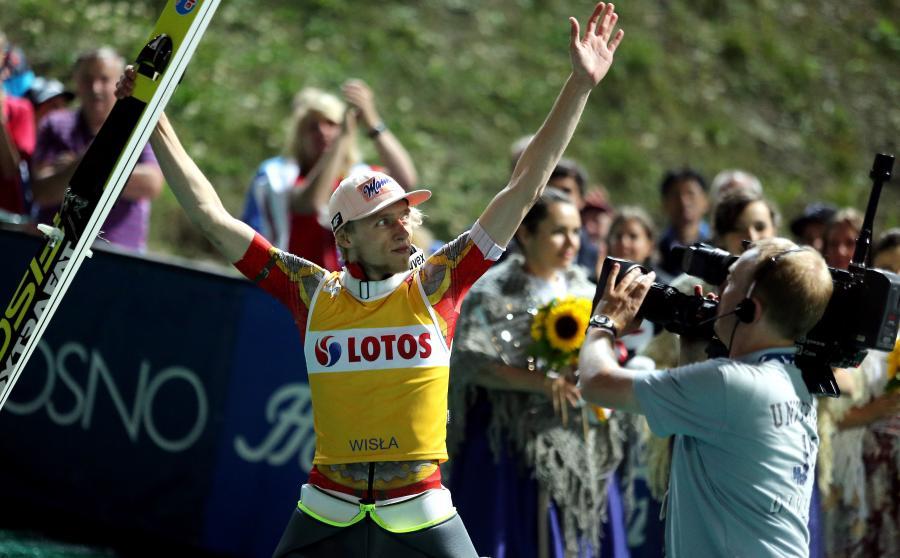 Dawid Kubacki cieszy się ze zwycięstwa. Kubacki wygrał konkurs Letniej Grand Prix w skokach narciarskich w Wiśle Malince