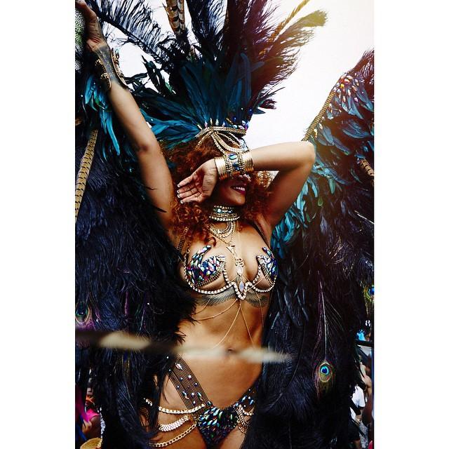 Goło i wesoło: Rihanna baluje na Barbadosie [ZDJĘCIA]