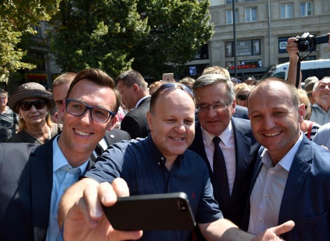 Prezydent Bronisław Komorowski pozuje do wspólnego zdjęcia z dziennikarzem, publicystą, ks. Kazimierzem Sową