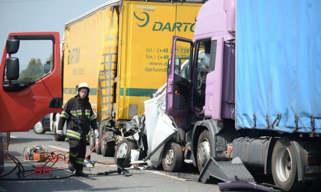 Tragiczny wypadek pod Mszczonowem. Bus zmiażdżony przez dwa tiry. ZDJĘCIA