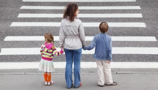 Kobieta z dziećmi przed przejściem dla pieszych