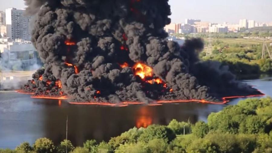 Moskwa. Eksplodował ropociąg, zapaliła się plama ropy na rzece