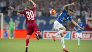 Denis Thomalla (P) z Lecha Poznań walczy o piłkę z Rolandem Szolnoki (L) z FC Videoton Szekesfehervar podczas pierwszego meczu czwartej rundy kwalifikacji piłkarskiej Ligi Europy