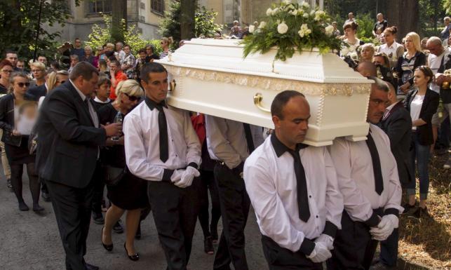 Cicha manifestacja na pogrzebie 10-letniej Kamili. ZDJĘCIA