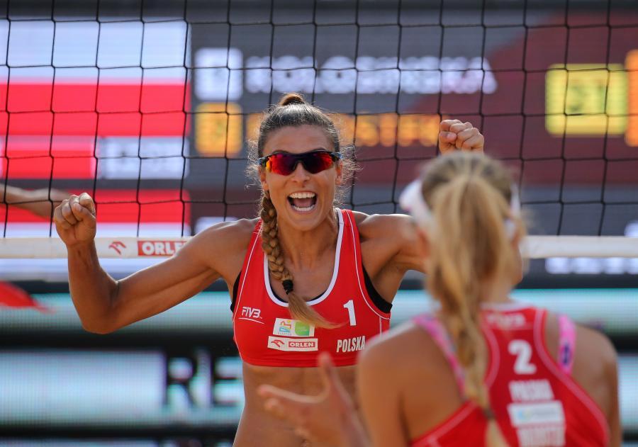 Kinga Kołosińska (L) i Monika Brzostek (P) w meczu ze Sophie van Gestel i Jantine van der Vlist z Holandii o brązowy medal turnieju siatkówki plażowej World Tour Grand Slam w Olsztynie