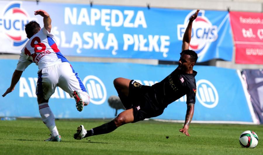 Erik Grendel (L) z Górnika Zabrze i LuizCarlos Deleu (P) z Cracovii przy piłce podczas meczu T-Mobile Ekstraklasy, rozegranego w Zabrzu