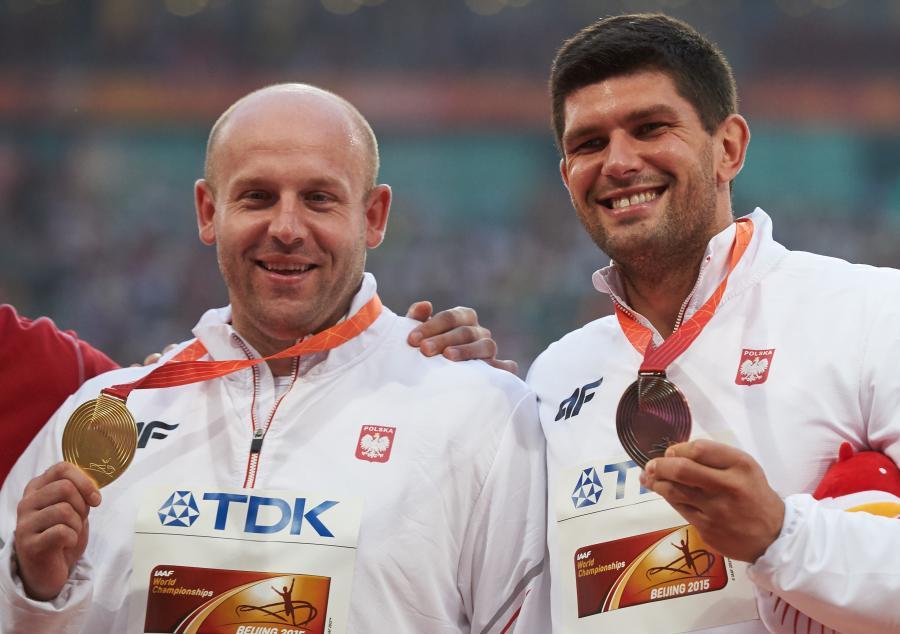Polacy Piotr Małachowski (L) i Robert Urbanek (P) podczas dekoracji medalistów rzutu dyskiem na lekkoatletycznych mistrzostwach świata w Pekinie