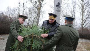 Rosyjscy wojskowi przed pomnikiem gen. Czerniachowskiego