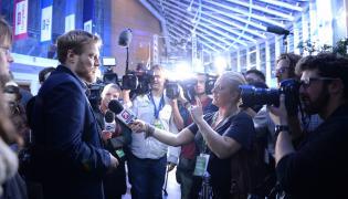 Adrian Zandberg z Partii Razem rozmawia z dziennikarzami w siedzibie TVP