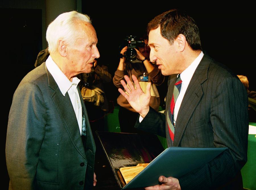 Kazimierz Leski i ambasador Izraela Gershon Zohar. Ambasador Zohar nadaje tytuł \