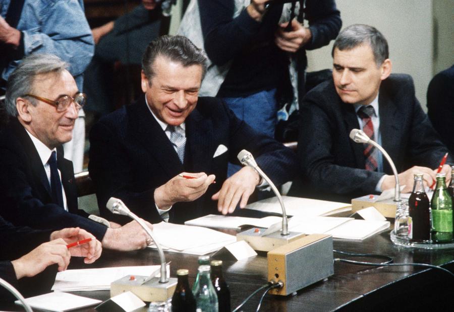 Obrady Okrągłego Stołu w 1989 roku. Od lewej: Tadeusz Mazowiecki, Czesław Kiszczak i Leszek Hołdakowski