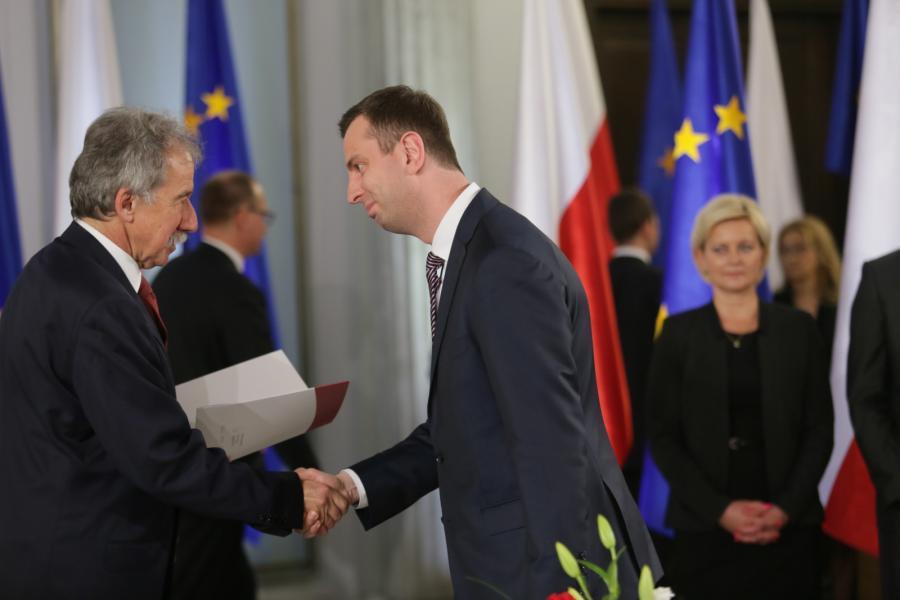 Władysław Kosiniak-Kamysz odbiera zaświadczenie o wyborze na posła z rąk przewodniczącego PKW Wojciecha Hermelińskiego