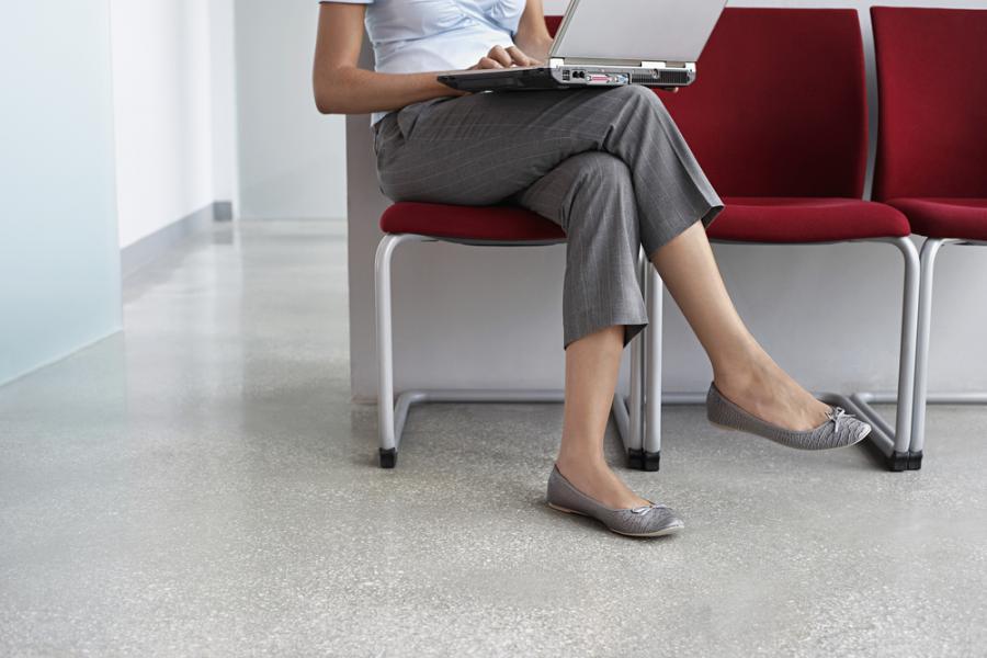 7. Siedzenie ze skrzyżowanymi nogami sprzyja powstawaniu żylaków