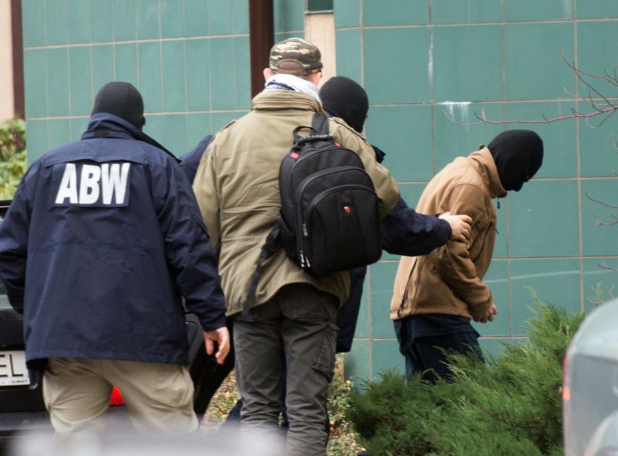 Polak, młody mężczyzna podejrzewany o udział w walkach w Syrii po stronie Państwa Islamskiego, zatrzymany w związku ze śledztwem dotyczącym działalności o charakterze terrorystycznym, przewieziony przez funkcjonariuszy ABW do łódzkiej prokuratury apelacyjnej