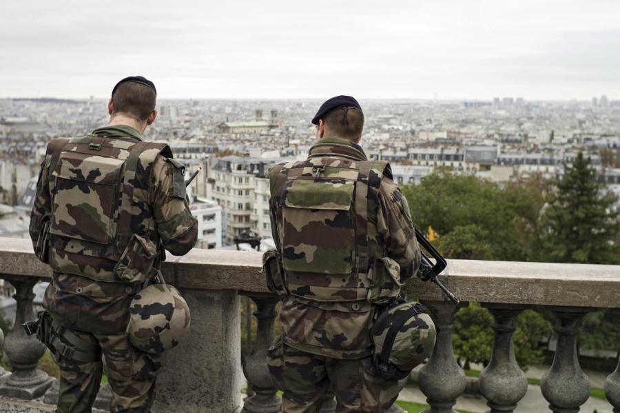 Francuscy żołnierze na ulicach Paryża