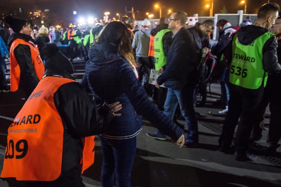 Służby porządkowe sprawdzają kibiców przed wejściem na teren Stadionu Miejskiego we Wrocławiu