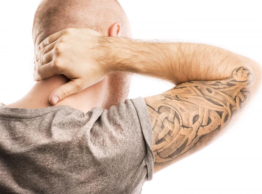 Mężczyzna z tatuażem na ramieniu