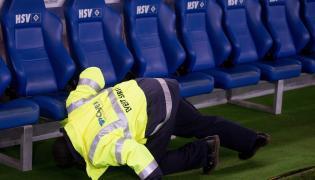 Ochrona przeszukuje stadion