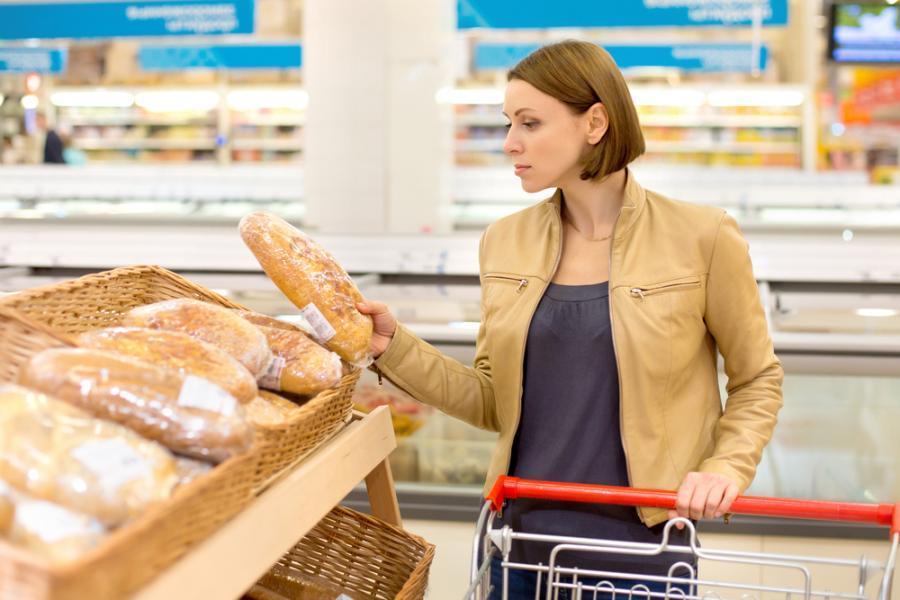 Kobieta na stoisku z pieczywem