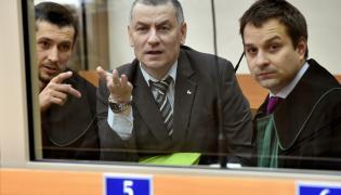 Oskarżony Brunon Kwiecień oraz jego obrońcy Tomasz Wróbel i Maciej Burda na sali rozpraw