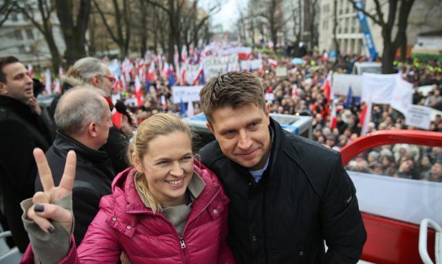 Politycy opozycji na marszu KOD. A narodowcy kompromitują się świńskim ryjem... ZDJĘCIA