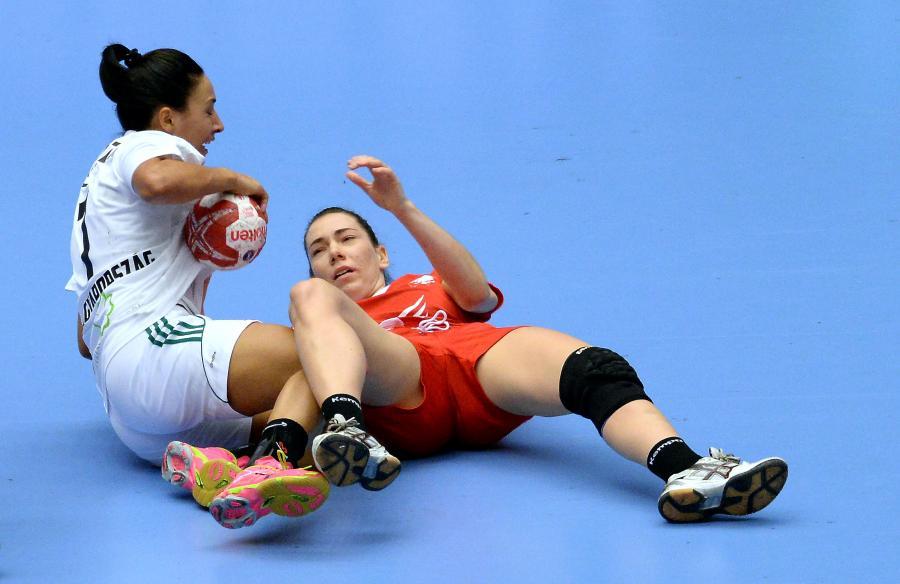 Monika Kobylińska (P) walczy o piłkę z Węgierkę Zitą Szucsanszki (L) podczas meczu 1/8 finału mistrzostw świata piłkarek ręcznych w duńskim Herning