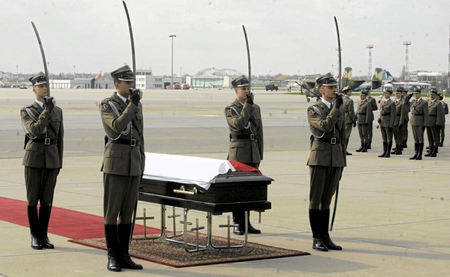 Trumna z ciałem prezydenta Lecha Kaczyńskiego na lotnisku wojskowym na Okęciu