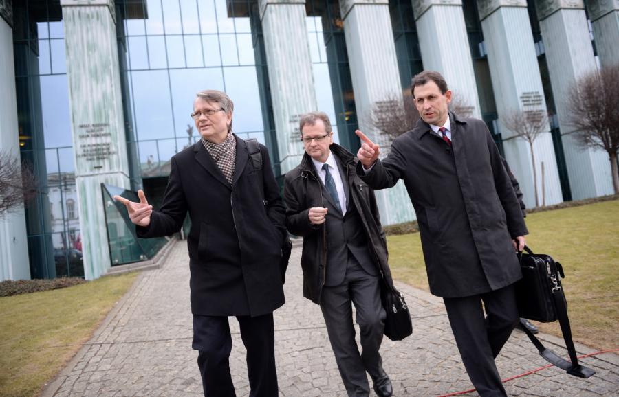 Członkowie delegacji Komisji Weneckiej: Christoph Grabenwarter i Schnutz Rudolf Duerr z Austrii i Kaarlo Tuori z Finlandii przed siedzibą Sądu Najwyższego w Warszawie