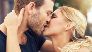 Para się całuje