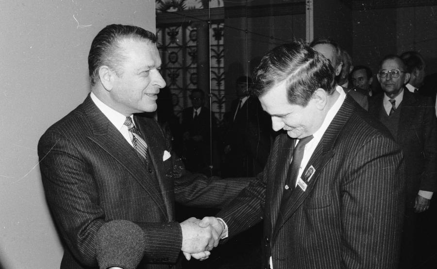 Czesław Kiszczak i Lech Wałęsa. Zdjęcie z rozpoczęcia obrad Okrągłego Stołu z 1989 roku