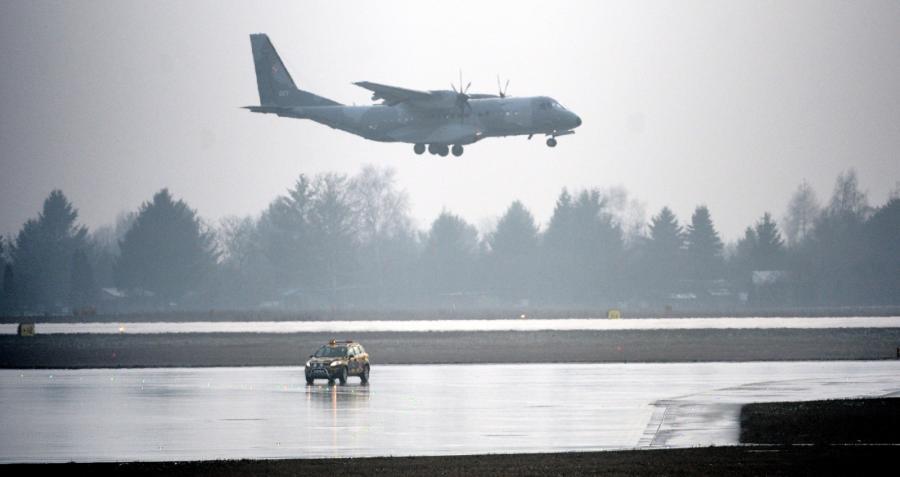 Samolot specjalny CASA, na pokładzie którego konwojowany jest podejrzany o zabójstwo kobiety Kajetan P., ląduje na wojskowym lotnisku Okęcie
