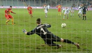 Piłkarz Korony Kielce Airam Cabrera (L) trafia z rzutu karnego obok bramkarza Mateusza Abramowicz (C) ze Śląska Wrocław