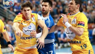 Gracz Orlenu Wisły Płock Tiago Rocha (C) oraz Piotr Chrapkowski (L) i Krzysztof Lijewski (P) z Vive Tauron Kielce