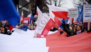 """Sobotnia manifestacja pod hasłem """"Przywróćmy ład konstytucyjny"""" przed Trybunałem Konstytucyjnym w Warszawie"""