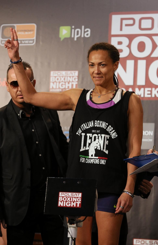 Włoska bokserka Anita Torti, podczas oficjalnego ważenia przed walką z Polką Ewą Brodnicką