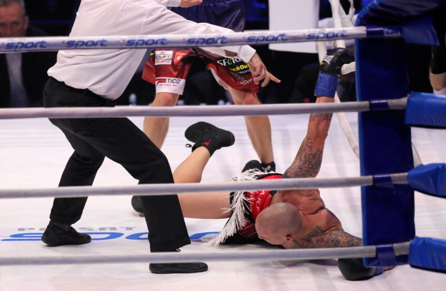Portorykańczyk Francisco Palacios (P) na deskach podczas walki w wadze junior ciężkiej przeciwko Polakowi Michałowi Cieślakowi, w trakcie gali bokserskiej Polsat Boxing Night