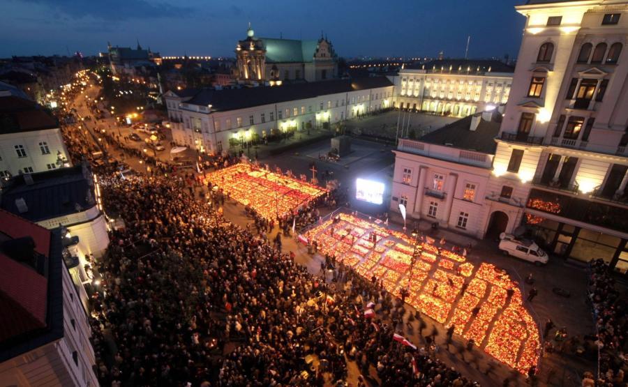 Na zdjęciu archiwalnym z 16.04.2010 r. znicze przed Pałacem Prezydenckim w Warszawie