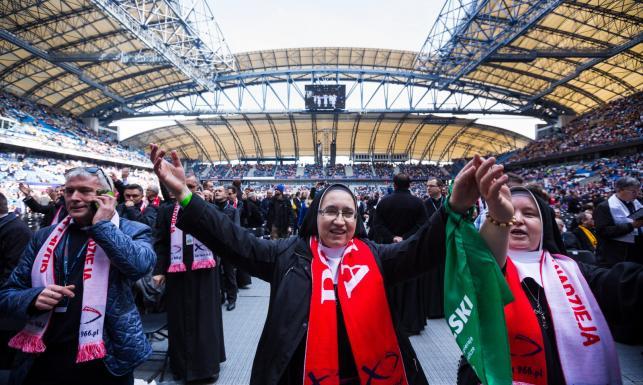 Rocznica 1050-lecia chrztu Polski. Tysiące osób modliło się na stadionie w Poznaniu [ZDJĘCIA]