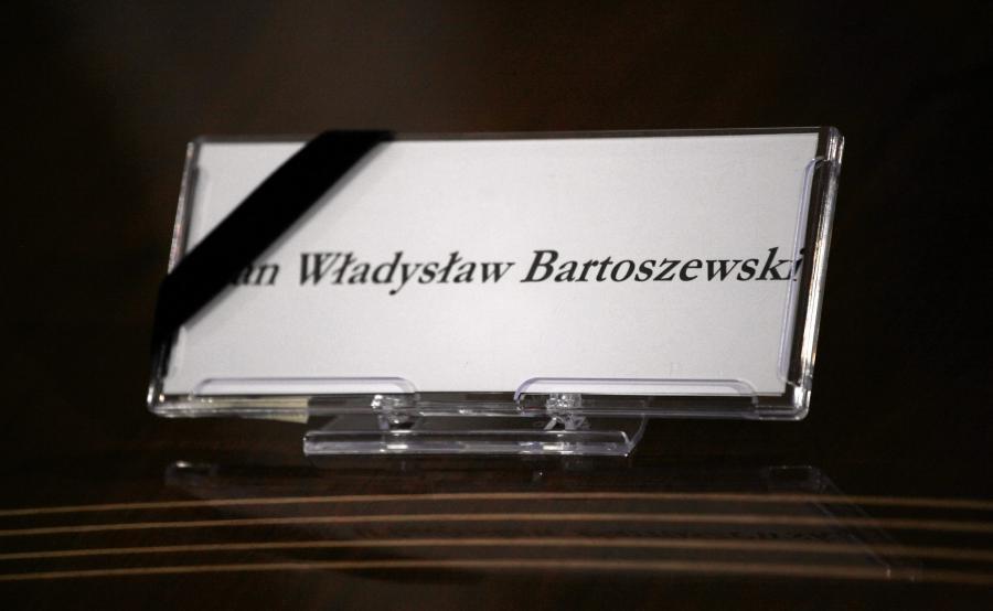 Tabliczka z nazwiskiem prof. Władysława Bartoszewskiego