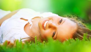 Kobieta leży na trawie