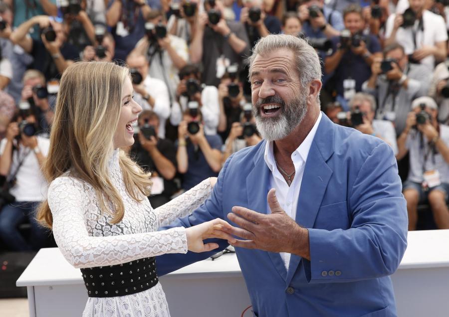 """Tanecznym krokiem Mel Gibson i Erin Moriarty promowali film """"Blood Father"""""""