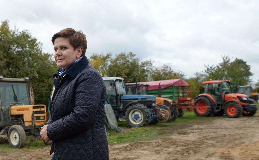 Beata Szydło podczas wizyty w gospodarstwie rolniczym Rafała Pietrzykowskiego w Raczkowie