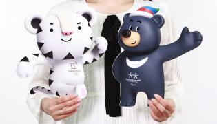 """Biały tygrys """"Soohorang"""" i czarny niedźwiedź """"Bandabi"""" maskotkami zimowych igrzysk olimpijskich w południowokoreańskim PyeongCzang w 2018 roku"""