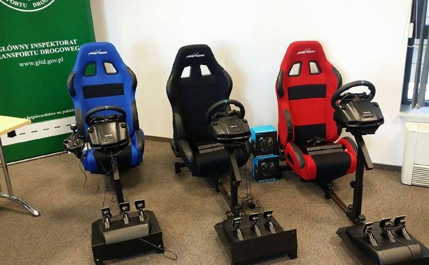 3 zestawy PlayStation 4 - konsola, kierownica z pedałami, dźwignia zmiany biegów, fotel kierowcy, gry. Inwestycja pochłonęła 20 tys. zł