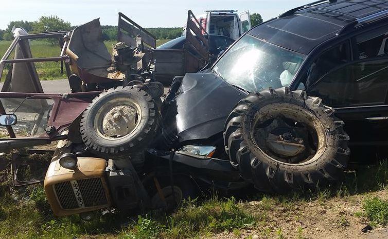 Auto Cimoszewicza po zderzeniu z ciągnikiem