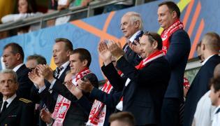 Prezydent Andrzej Duda (P-góra) i minister sportu i turystyki Witold Bańka (C) podczas meczu grupy C piłkarskich mistrzostw Europy: Polska - Irlandia