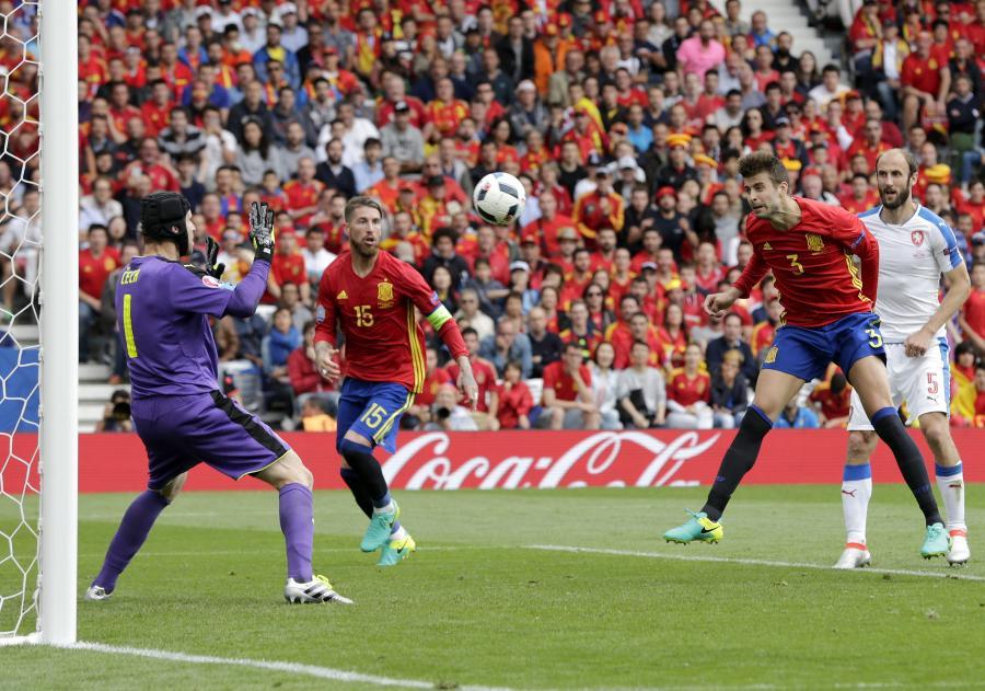 Gerard Pique strzela gola w meczu z Czechami