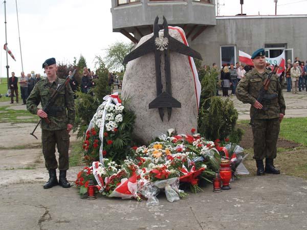 Obelisk poświęcony upamiętnieniu ofiar tragicznej katastrofy lotniczej prezydenckiego samolotu pod Smoleńskiem na lotnisku Kętrzyn Wilamowo (Fot. festynlotniczy.pl)
