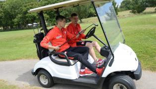 Pomocnicy piłkarskiej reprezentacji Polski Bartosz Kapustka (L) i Karol Linetty (P) podczas gry w golfa we francuskim La Baule, 18